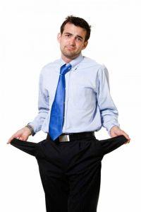 mezczyzna-wywleka-kieszenie-spodni.jpg