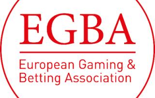 Czerwone litery EGBA z podpisem European Gaming & Betting Association na białym tle w czerwonym okręgu