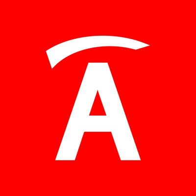 Biała litera A z okrągłym daszkiem na czerwonym tle