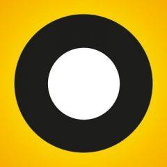 Białe koło na czarnym kole na żółtym kwadracie