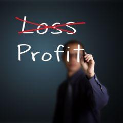 Przekreślony biały napis Loss a poniżej pisany przez mężczyznę napis Profit