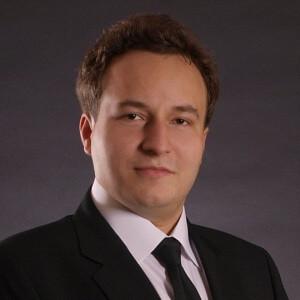 dr Marcin Krzywkowski w garniturze