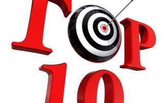 Czerwony napis TOP 10 z czarno białą tarczą i wbitą w środek strzałą zamiast litery O
