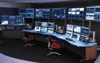 Biuro z trzema stanowiskami do monitoringu wykresów