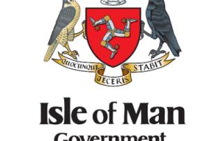 Orzeł po lewej i kruk po prawej a w środku trzy połączone ze sobą nogi na czerwonym tle. Powyżej korona królewska a poniżej podpis na wstędze łaciński napis oraz Isle of Man Government