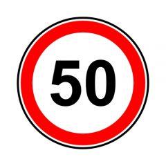 Znak drogowy ograniczenie prędkości do 50 z czerwoną obwódką białym tłem i czarną liczbą 50