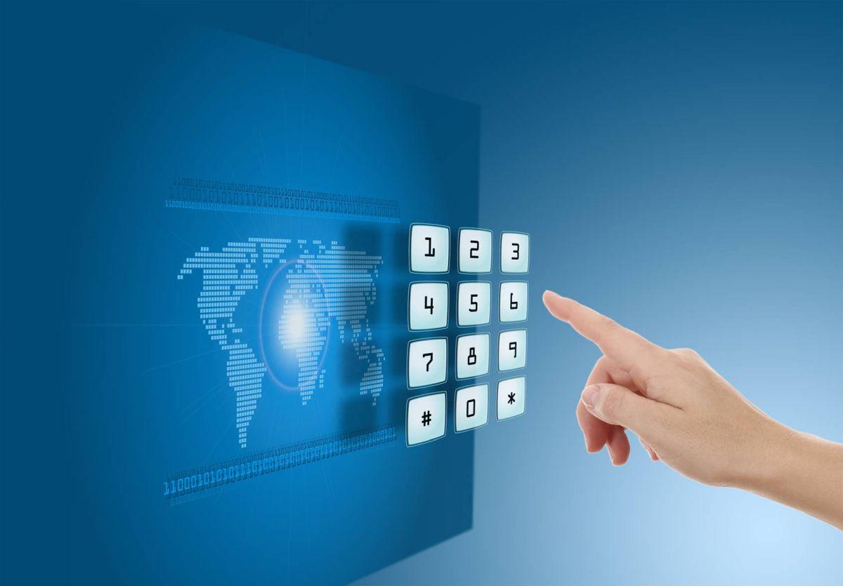 Przyciski wystające z niebieskiego ekranu na którym widać mapę świata są wciskane przez dłoń