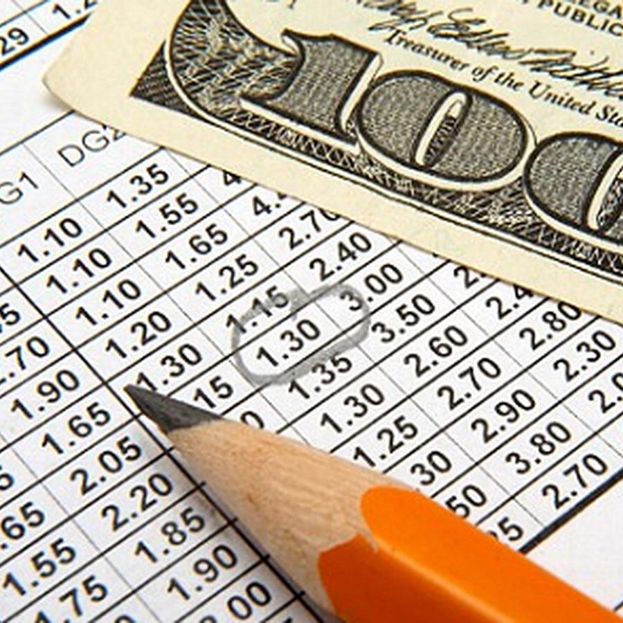 Ołówek wskazuje zakreślony kurs na wydrukowanej ofercie kursów a powyżej jest banknot 100 dolarowy