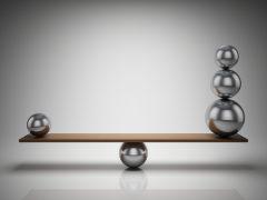 Jedna mała kula po lewej i trzy kule po prawej stronie równoważni