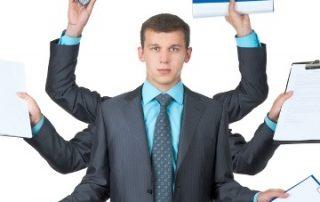 Młody mężczyzna w garniturze z sześcioma rękami trzyma elementy biurowe